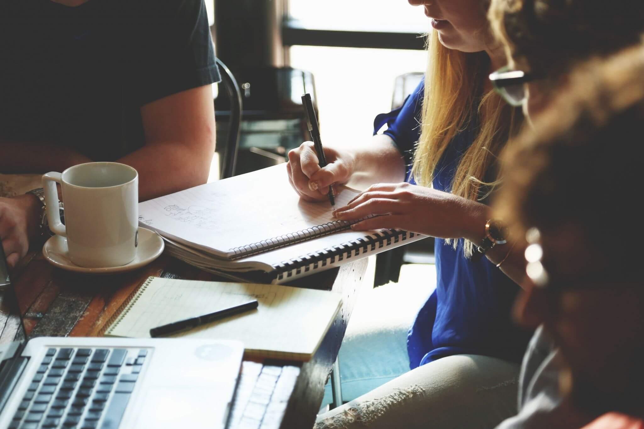 Equipo de Marketing discutiendo sobre Eventos y Promociones en la oficina
